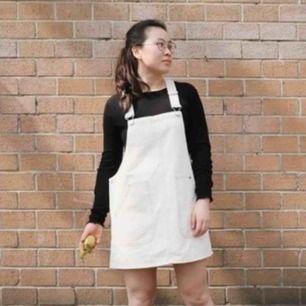 Helt ny hängselklänning från Monki i stl XS men passar även en S. 250 kr inkl frakt 🍂