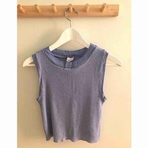 Fin lila/blå top från Gina Tricot. Storlek: medium. Knappt använd, fint skick. Frakt på 20kr tillkommer ✨