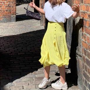 Super fin gul lång kjol från zara med svarta prickar. I fint skick och jag säljer eftersom att den sällan kommer till användning. :) hoppas därför den kan få en ny ägare