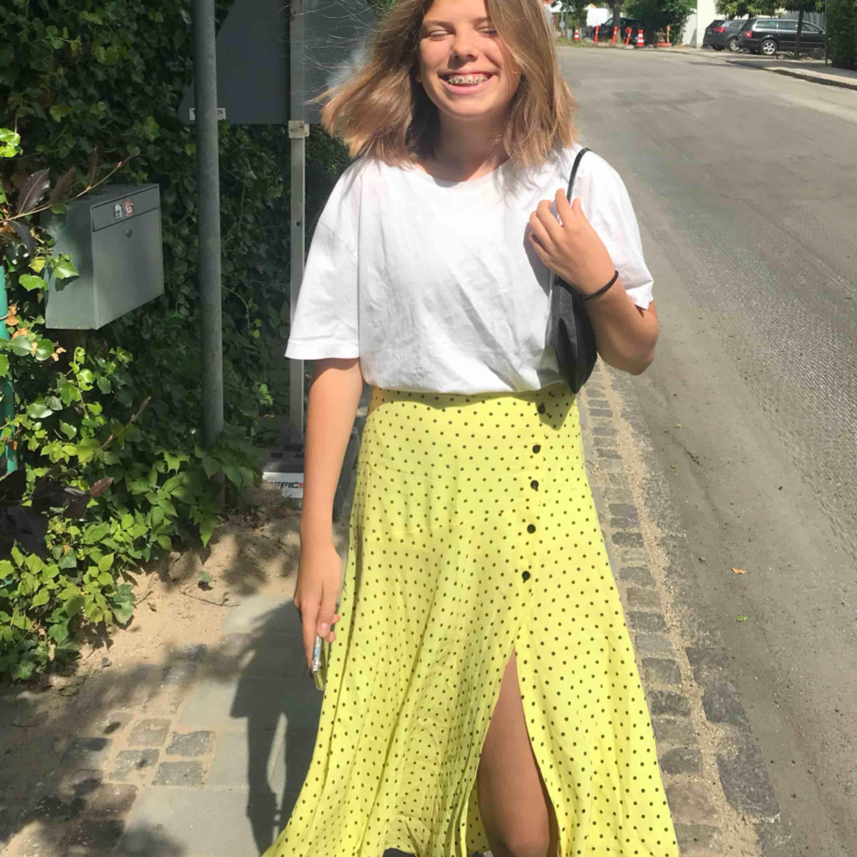 Super fin gul lång kjol från zara med svarta prickar. I fint skick och jag säljer eftersom att den sällan kommer till användning. :) hoppas därför den kan få en ny ägare. Kjolar.