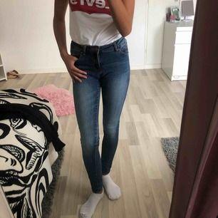 Supersnygga jeans från Lager 157 i storlek xxs men de passar även någon som har 152! Säljas pga att jag inte använder dom längre!🥰 nypris 299.