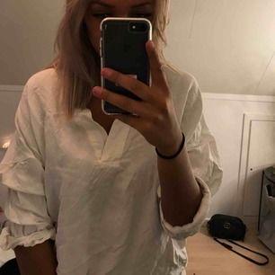 Oversize blus/skjorta i linne från Zara med V ringning, knappt använd. 🌸 60kr exklusive frakt