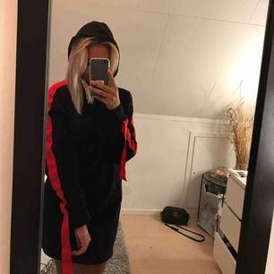 Hoddieklänning från Zara med röda detaljer och luva, super bekväm 💫🌸 100kr exklusive frakt