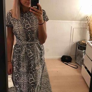 Klänning i snakeprint med slits från Missguiden med knyten i midjan💫 100kr exklusive frakt 🌸