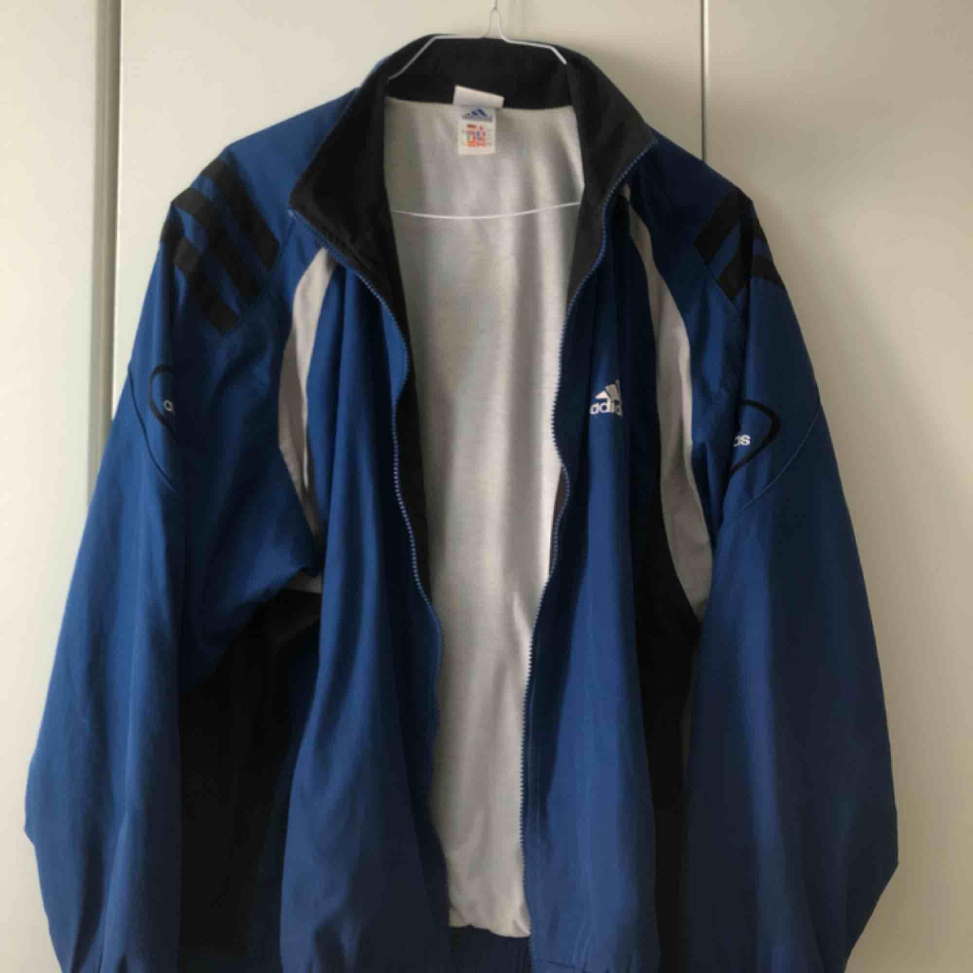 Blå jacka från Adidas. Köpt second hand. Möts i Sthlm eller fraktar mot fraktkostnad.. Jackor.