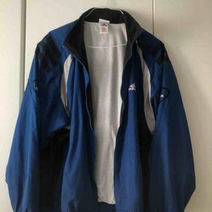 Blå jacka från Adidas. Köpt second hand. Möts i Sthlm eller fraktar mot fraktkostnad.
