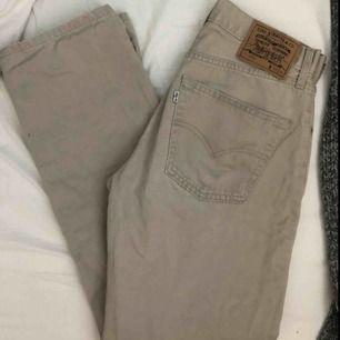 Snygga beiga Levi's-jeans i modell 551. Köpta second hand. Möts upp i Sthlm eller fraktar mot fraktkostnad.