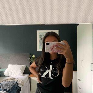 Fin Calvin Klein t-shirt, använd ett få tal gånger och sitter väldigt fint. Fraktar men kan även mötas upp i stan (stockholm) 💕💕