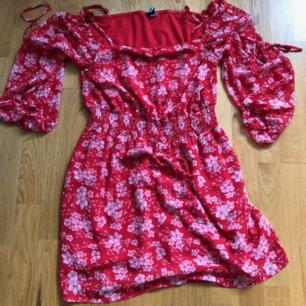 Off shoulder klänning från H&M. Sparsamt använd.