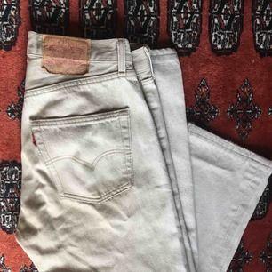 Vintage Levi's jeans i en creme-vit färg.  Rak i modellen & låg midja.  Använda 1 gång av mig. 🌟 Frakt tillkommer.