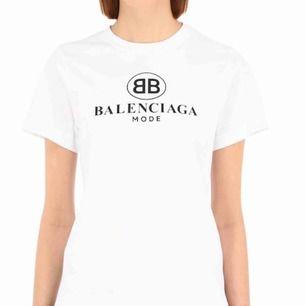 ÄKTA balenciaga tröja, köpt i London. Original pris cirka 3500kr säljes billig pga vill att den får ny ägare samt blivit lite missfärgad och blivit lite ägg vit under senaste tvättarna 🌸 pris kan diskuteras