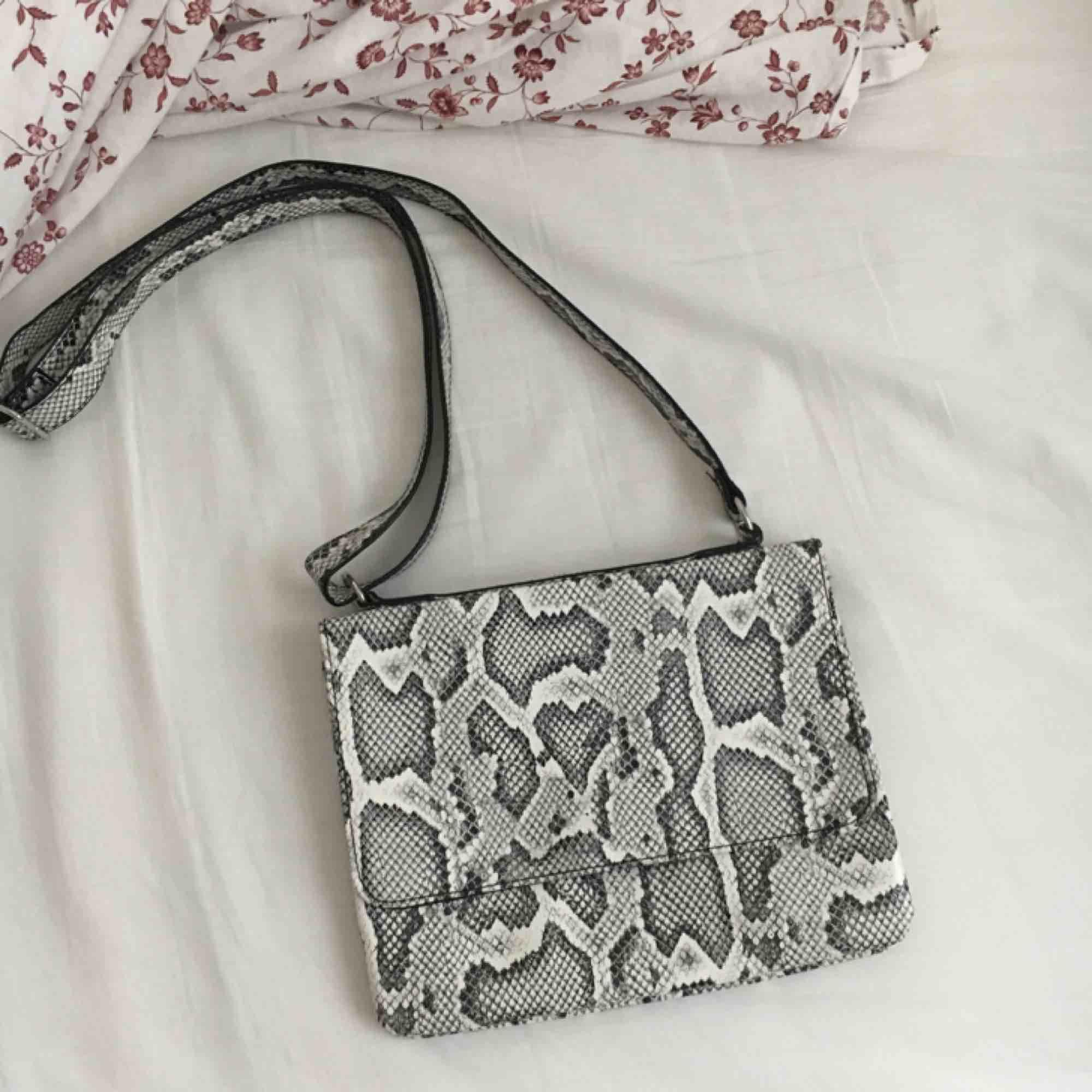 Väska i orm skinn mönster har ej swish så kan bara ta emot kontanter, möts upp inom stockholm eller hämtas i vällingby🌸. Väskor.