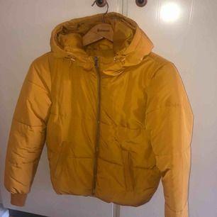 Senaps gul jacka, den är varm och håller kylan ute, köpt för 400 och Använd få gånger bara. Frakten ligger på 70kr