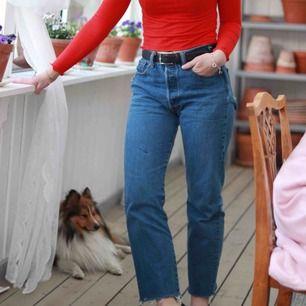 Levis jeans som är märkte med 33 36 men jag är storlek 25 midja 30 längd och dom är lite stora på mig i midjan. Säljs för att dom tar plats i garderoben. Frakt tillkommer och skriv för frågor och bilder
