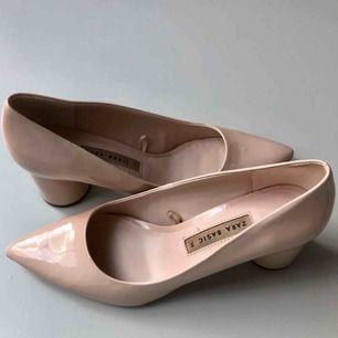 Ljusrosa skor med låg bredare klack från Zara. Endast provade. Spetsig tå.  Kan mötas upp eller skicka för 75kr.😊