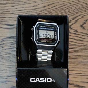 Söker en ny ägare till denna oanvända Casio-klocka som aldrig kom till användning innan jag bestämde mig för att bli minimalist. Klockan fungerar prima och har kvar lådan som ni kan se. Trots att man har klocka på mobilen så ser du COOL ut i denna.