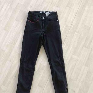 Svarta jeans med snörning vid ankeln. De röda går lätt att sprätta bort. Jag kan även göra de om de önskas. De är bara fråga om du undrar nått men frakt tillkommer