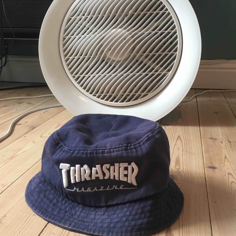Säljer min gamla thrasher bucket hat då den är lite för liten på mig. Har blivit lite solblekt och är i använt skick men annars är den felfri🌸. Accessoarer.