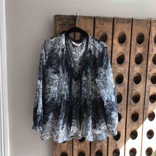 Tunn blus i snyggt svart/grått mönster från OssMolly stl M Använd men i fint skick