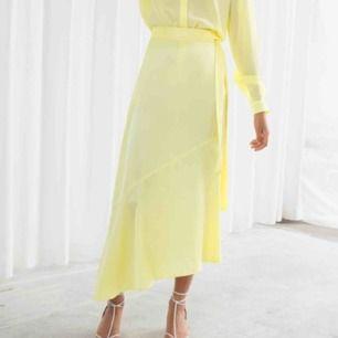 Yellow silk skirt, Säljer för den har aldrig varit till användning och är lite för liten på mig. Original priset på den här kjolen är 690kr. Fraktar inte för har inte tid för fixa det men om du bor i Sthlm så har jag inga problem med att möta upp :)
