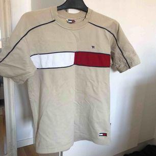 Vintage Tommy Hilfiger t shirt köpt på second hand!