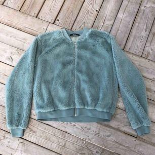 Jättemysig tröja i mjukt tyg. Den är lite mer turkos/blå än vad den ser ut att vara på bild. Kan skickas, köparen står för frakten. Hämtas i Onsala.