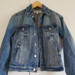 Jeansjacka som är förliten för mig men i fint skick och knappt använd. Köparen står för frakt men går också att mötas upp i Örebro.
