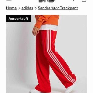 Röda vida Adidasbyxor som är slutsålda överallt. En 90-talsmodell som sitter skitsnyggt i röven. Har tyvärr blivit för stor för dom men dom är fint använt skick. Köparen står för frakten💞