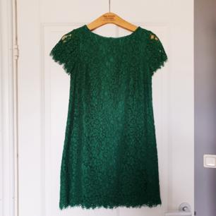 Grön spetsklänning från Zara. T-shirtärmar med rak passform. Använd 1 gång.
