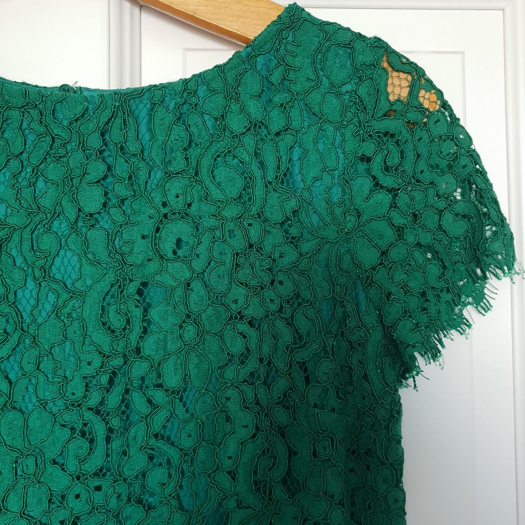 Grön spetsklänning från Zara. T-shirtärmar med rak passform. Använd 1 gång. . Klänningar.