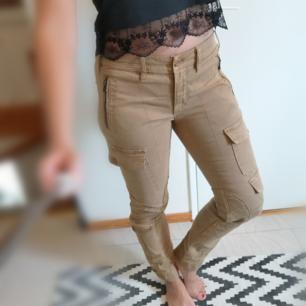 Knappt använda beiga Ralph Lauren jeans med snygga detaljer och fickor. I storlek 8 vilket motsvarar EU 36. Köparen står för frakten eller så möts vi upp i Göteborg/Mölndal. Kan betalas med swish eller så aktiverar jag safepay om det föredras.