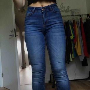Snygga, stretchiga slim fit jeans, passar som XS/S Originalpris är ca 500kr Skick: begagnat