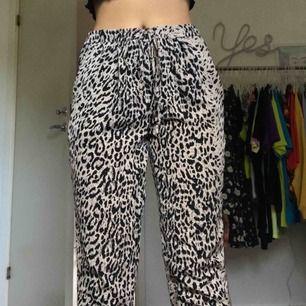 Sköna mjukisbyxor i leopardmönster, passar XS/S. Fungerande dragsko i midjan. Köparen står för frakt.