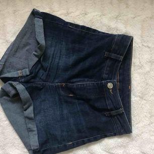 Slim fit shorts från H&M, väldigt stretchiga och sköna. Skulle passa XXS & XS.  Kika gärna in i min profil, har massvis av annonser ute!