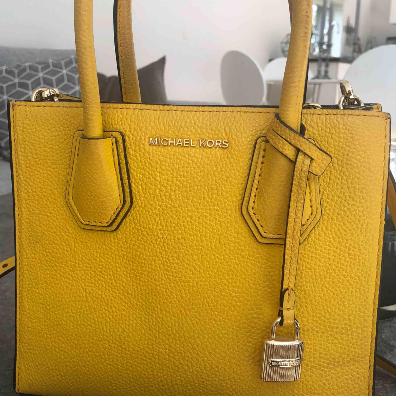 The Mercer från MichaelKors, en mindre modell. Något slitage på baksidan av väskan annars i jättebra skick. Kvitto finns (2799:-)  Använder Swish & köparen står för frakten. Kan hämtas i Varberg🌸. Väskor.