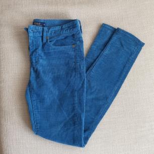 Blåa Polo Ralph Lauren byxor i manchester tyg. Supersköna och i nyskick. Storlek 6, EU 34. Köparen står för frakten eller så möts vi upp i Göteborg/Mölndal. Kan betalas med swish eller så aktiverar jag safepay om det föredras.