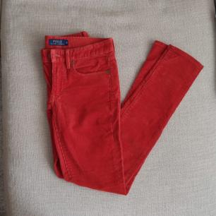 Röd/orange Polo Ralph Lauren byxor i manchester tyg. Supersköna och i nyskick. Storlek 6, EU 34. Köparen står för frakten eller så möts vi upp i Göteborg/Mölndal. Kan betalas med swish eller så aktiverar jag safepay om det föredras.