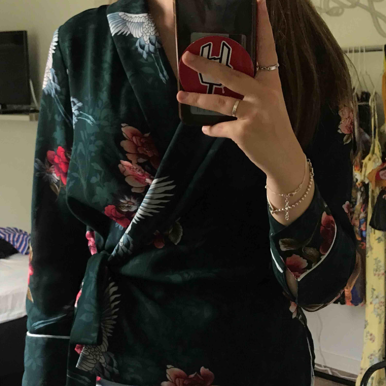 Superfin omlottblus från Zara Kika gärna in på min profil, har massvis med annonser ute!. Blusar.