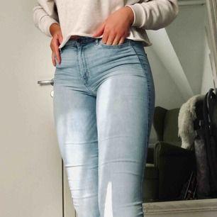 Ljusblå högmidjade jeans från Hollister. Jeansen är stretchiga och väldigt sköna. Använda men fortfarande i väldigt fint skick. Köpare står för frakt!