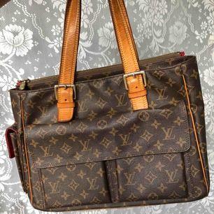 Rymlig LV väska med otroliga detaljer. En välvårdad vintage väska som passar till allt.