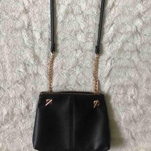 Liten handväska från h&m, så gott som ny. Kika gärna in på min profil, har massvis med annonser ute!