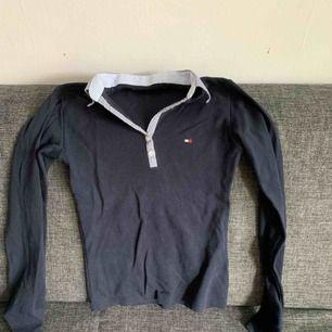Tommy Hilfiger tröja med krage, mörkblå. Frakt inräknat.