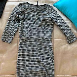 Klänning med mönstrad tyg, svart, grå och vit blandat. Frakt inräknat.