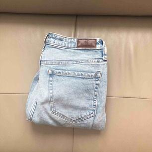 Högmidjade mom jeans från hollister, aldrig använda, stl W28 L27,