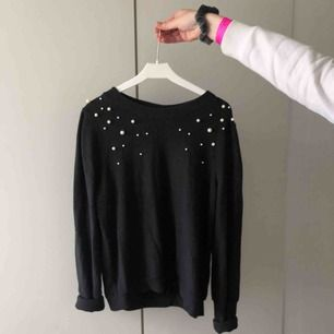 Supergullig svart tröja med pärlor på i storlek S. Skapligt använd men den har inga synliga skavanker :)