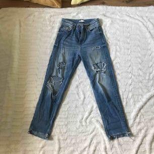 Skitsnygga mom/boyfriend jeans från h&m, sitter fint på speciellt över rumpan. Passar xxs-xs Kika gärna in på min profil, har massvis med annonser ute!