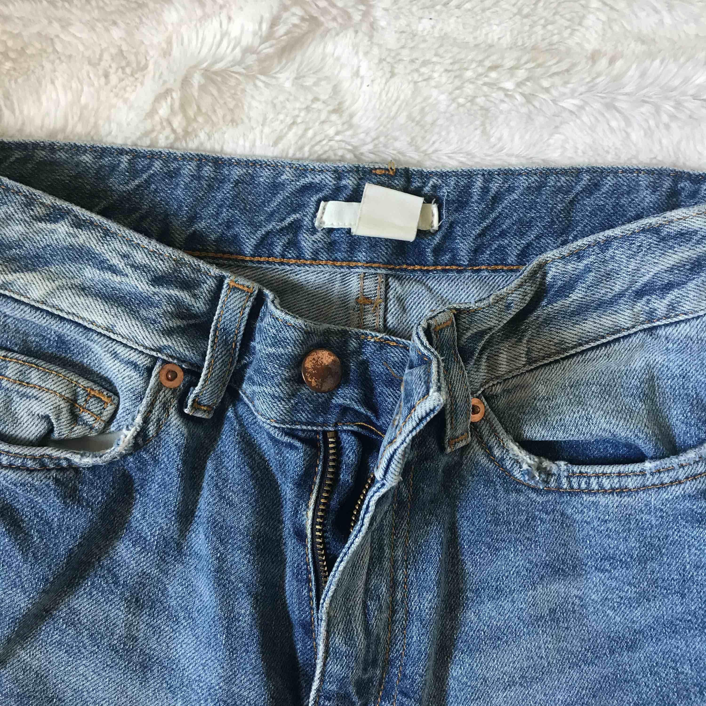 Skitsnygga mom/boyfriend jeans från h&m, sitter fint på speciellt över rumpan. Passar xxs-xs Kika gärna in på min profil, har massvis med annonser ute!. Jeans & Byxor.