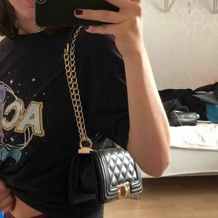 Söt liten Väska från Nelly. Går att bära kort (som på bilden) eller längre. 💕