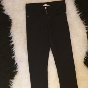 Tre par fina jeans som är i bra skick dom passar i 134-140 S titta gärna mina andra annonser