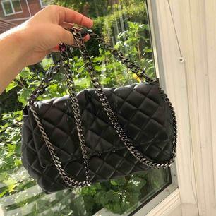 Fin väska från Gina Tricot. Som ny, använd 2 gånger. 😊🦋.